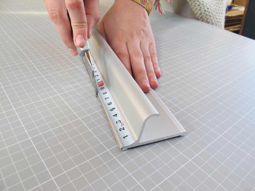 Bezpečnostní řezací pravítko 75x7cm s protiskluzovou vrstvou a měřítkem