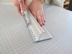 Bezpečnostní řezací pravítko 205x7cm s protiskluzovou vrstvou a měřítkem