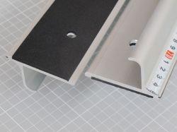 Bezpečnostní řezací pravítko 305x7cm s protiskluzovou vrstvou a měřítkem